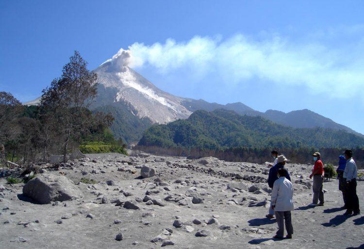 VDAP-and-Indonesian-Officials-Observe-Mt.-Merapi-1-e1484090310865